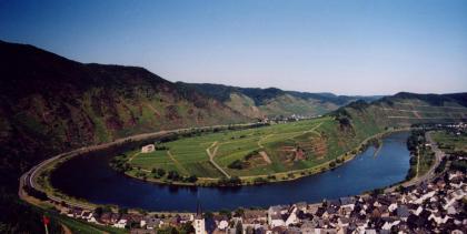 Bremm. Moselfloden, Calmont och Frauenberg.